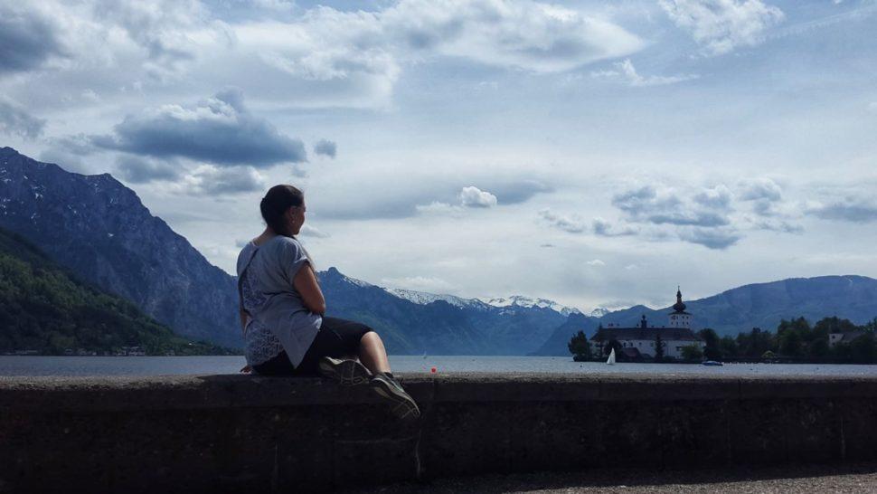 Markéta Králová při pohledu na jezero